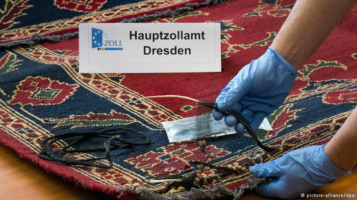 جاسازی هروئین در قالیچههای ایرانی از مبدا ایران به مقصد کشورهای اروپایی در سال ۲۰۱۴ یکی از کمسابقهترین کشفیات مواد مخدر در آلمان رخ داد. این کشف مواد مخدر تا مدتها سوژه رسانههای آلمانی بود. ۹ قالیچه ایرانی در قسمت بار فرودگاه لایپزیگ-هاله کشف شدهاند که ۴۵ کیلوگرم هروئین به طرزی ماهرانه در آنها جاسازی شده بودند. تکنیک جاسازی به گونهای بود که شکی بر نمیانگیخت و دیده نمیشد. پلیس آلمان اعلام کرد هروئین کشف شده بسیار باکیفیت و نرم است و میلیونها یورو قیمت دارد.