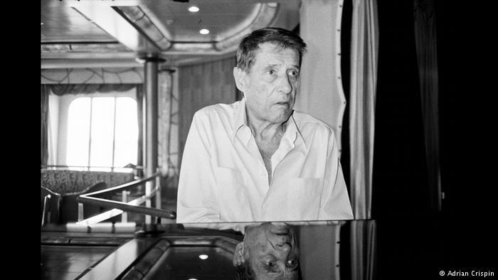 یادبودی از یک هنرمند بزرگ اودو یورگنز کمی قبل از مرگ، هشتادمین سالگرد تولد خود را جشن میگیرد. در حالی که رسانههای آلمان در باره این هنرمند بزرگ آلمانی گزارش میدادند، هنرمند عکاس آدریان کریسپین موفق شد عکسهایی کاملا شخصی از این هنرمند بزرگ بگیرد.