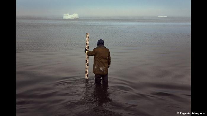 افسون تنهایی در دورترین منطقه سیبری. یک پیرمرد هواشناس به اندازهگیری شرایط جوی دریا مشغول است. هنرمند عکاس اوگنیا آربوگِوا، مدتی طولانی به مشاهده زندگی و کار این هواشناس پیر در تنهایی مطلق در یکی از دورافتادهترین مکانهای جهان پرداخته است.