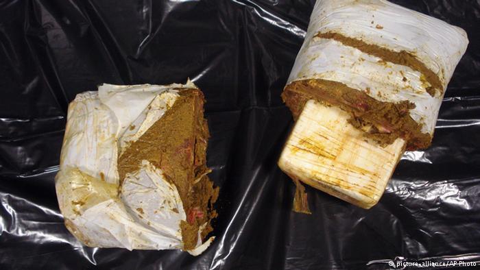 جاسازی کوکائین وسط بستههای گوشت منجمد اکتبر سال ۲۰۱۵ ماموران گمرک ایالات متحده آمریکا در فرودگاه بینالمللی جان اف کندی در نیویورک به مردی که در چمدان خود بستههای گوشت منجمد حمل میکرد مشکوک شدند. پس از بازرسی چمدان این مرد مشخص شد وسط گوشتهای منجمد کوکائین جاسازی شده است.