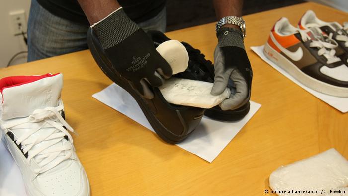 جاسازی ماده مخدر متآمفتامین (شیشه) در کفش ده تبعه مالزی قصد داشتند با جاسازی ماده مخدر شیشه در کفش، محموله خود را به نیوزلند برسانند که موفق نشدند و این محموله توسط ماموران پلیس کشف شد. ارزش تقریبی این محموله ۱۰ میلون دلار برآورد شده است.