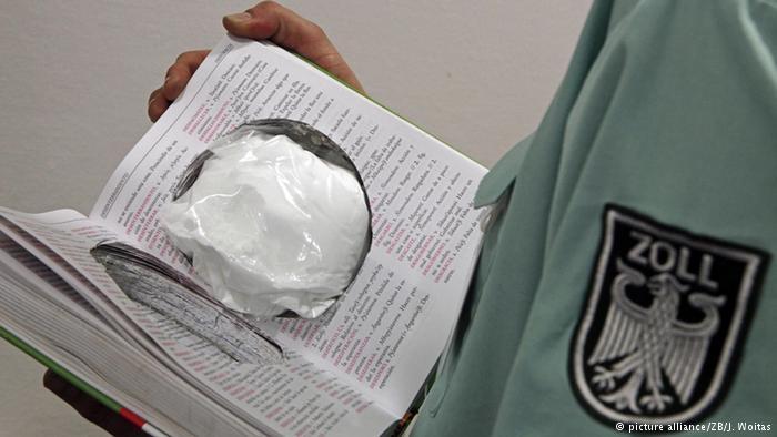 جاسازی کوکائین وسط کتاب این کتاب که در آن کوکائین جاسازی شده است توسط ماموران فرودگان شهر درسدن آلمان کشف شده است.