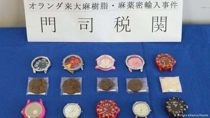 جاسازی ماریجوآنا در بسته پستی حاوی ساعت از مبدا هلند به مقصد ژاپن در این ساعتها که در یک بسته پستی از هلند به ژاپن فرستاده شده بودند، به طرز ماهرانهای ماریجوآنا جاسازی شده بود. در این رابطه دو نفر در دستگیر شدند.