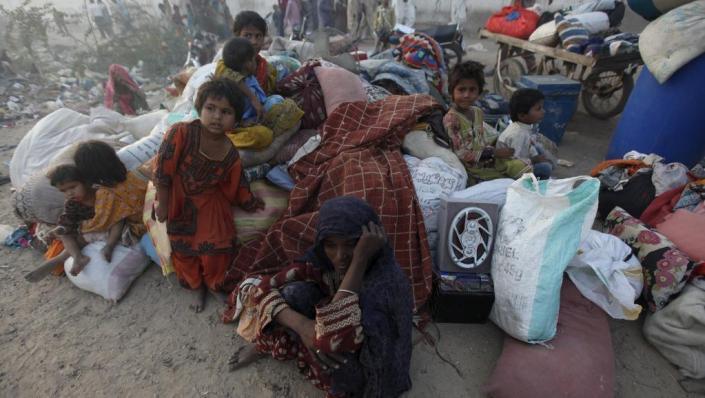 خسارات اصلی ناشی از زلزله در پاکستان اتفاق افتاده است و در مناطق دورافتاده، امدادرسانی بسیار دشوار انجام میگیرد.