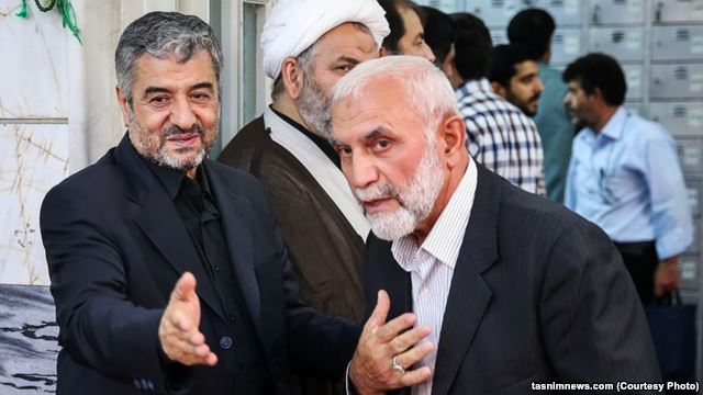 حسین همدانی (نفر سمت راست) در کنار فرمانده کل سپاه، محمدعلی جعفری(نفر سمت چپ)