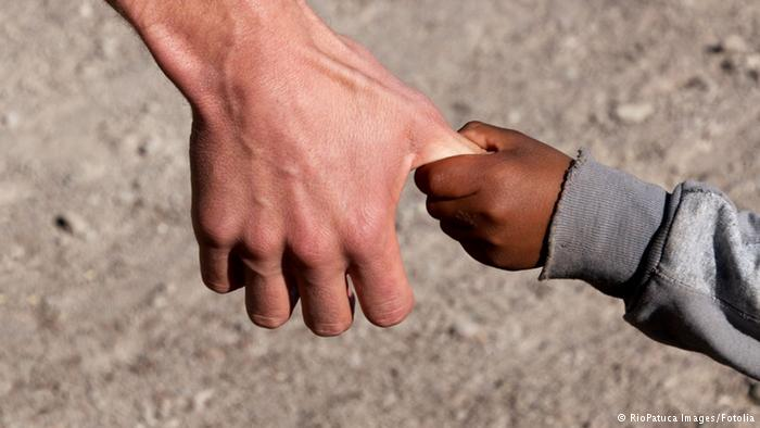 """در بین انسانها دلایل متعددی برای پذیرفتن یک فرزند وجود دارد. این فرزند میتواند دارای شباهتهای ظاهری با """"پدر و مادر خوانده"""" خود باشد یا ظاهری کاملا متفاوت از آنان داشته باشد. این تفاوت میتواند چشمگیر باشد، برای نمونه پدر و مادری سفیدپوست فرزند خواندهای سیاهپوست داشته باشند."""